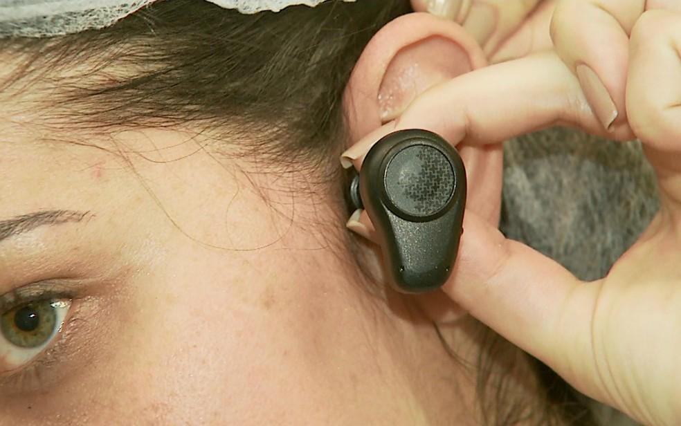 Prótese auditiva é implantada no osso da cabeça, atrás da orelha do paciente (Foto: Valdinei Malaguti/EPTV)