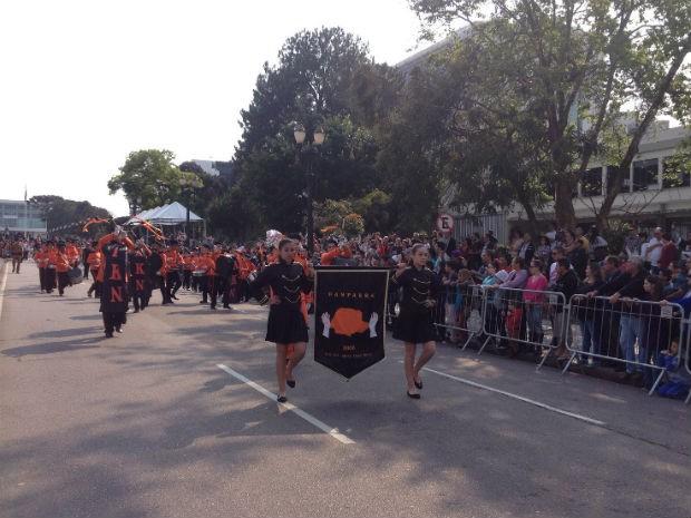 Em Curitiba, desfile começou por volta das 9h (Foto: Ana Zimmerman / G1 )