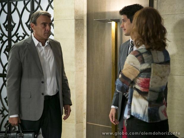 Pri ouve a maneira como Álvaro fala de Marcelo para Thomaz e repreende o namorado (Foto: Felipe Monteiro/TV Globo)