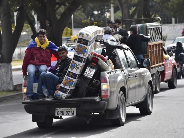 Cidadão evacuam região próxima ao vulcão Cotopaxi, no Equador (Foto: Rodrigo Buendia/AFP)
