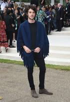 Chay Suede aposta em look moderno em desfile de moda em Londres