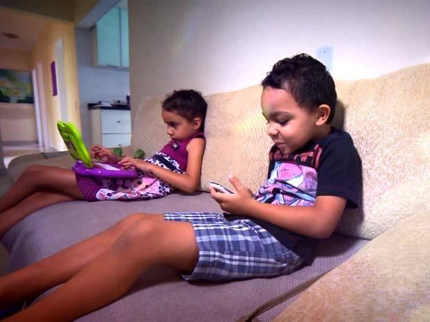 Crianças começam cedo a usar a internet em celulares e outros aparelhos (Foto: Reprodução / EPTV)
