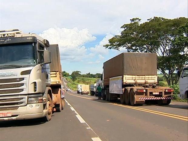 Caminhoneiros reivindicam melhorias no setor (Foto: Reprodução/TV Fronteira)