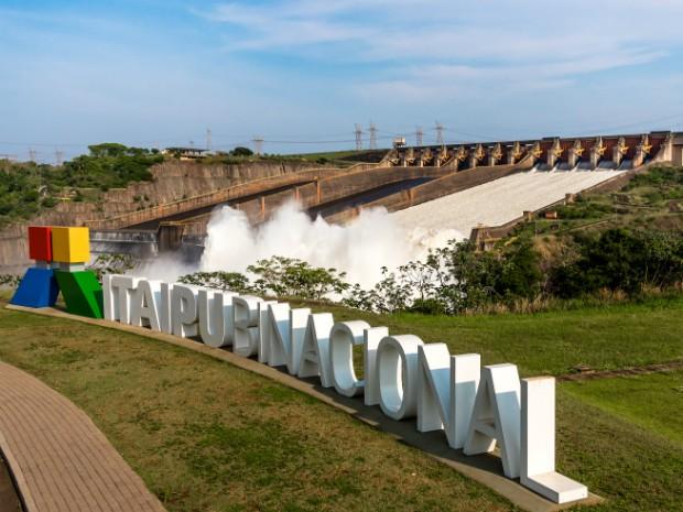 Previsão é de que, após três dias aberto, vertedouro de Itaipu volte a ser fechado por volta das 12h desta segunda-feira (19) (Foto: Rubens Fraulini / Itaipu Binacional)