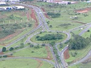 Vista aérea do trecho da DF-047 onde já começaram as obras de acesso ao aeroporto JK. Conclusão do serviço está prevista para janeiro de 2014 (Foto: Reprodução/TV Globo)