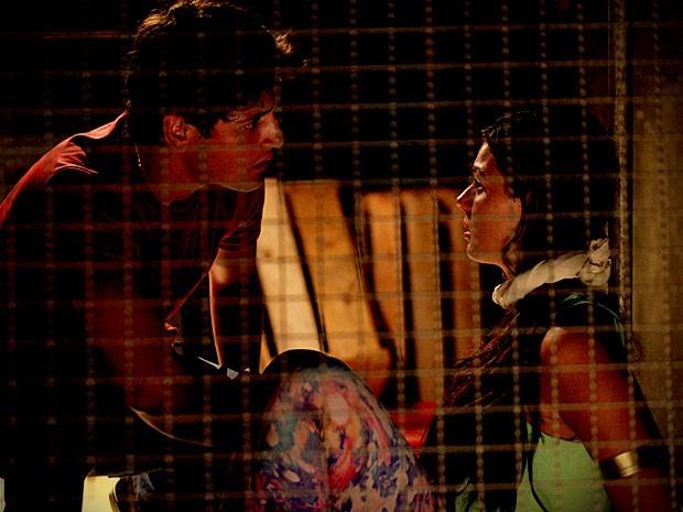 Suelen fica surpresa com a presença de Roni (Foto: Avenida Brasil / TV Globo)