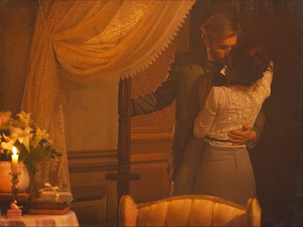 Edgar e Laura chegam perto de consumar o casamento... (Foto: Lado a Lado/TV Globo)