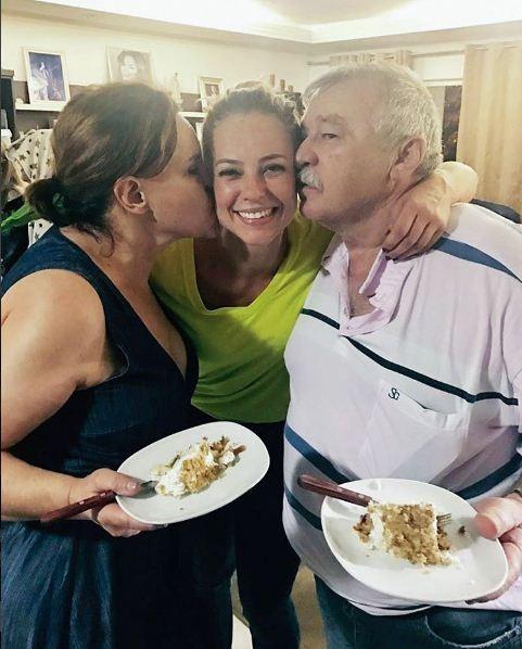 Paolla Oliveira ganha beijo do pai e da mãe (Foto: Reprodução/Instagram)