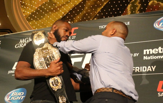 Jon Jones x Cormier briga pesagem UFC (Foto: Evelyn Rodrigues)