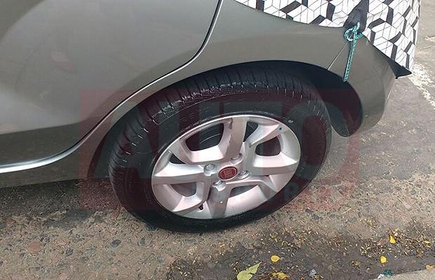 Roda de liga leve da versão topo de linha do Fiat Mobi (Foto: Tereza Consiglio/Autoesporte)