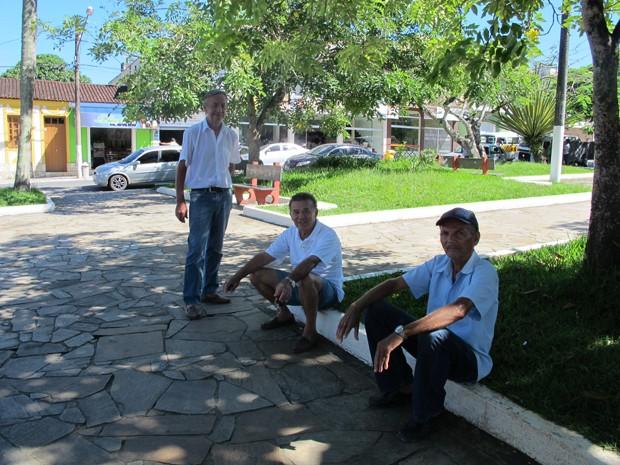 Amigos se encontram após anos durante eleição em Eldorado (Foto: Mariane Rossi/G1)