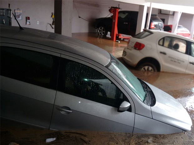 Água invadiu estacionamento e alagou carros  (Foto: Kátia Reis)