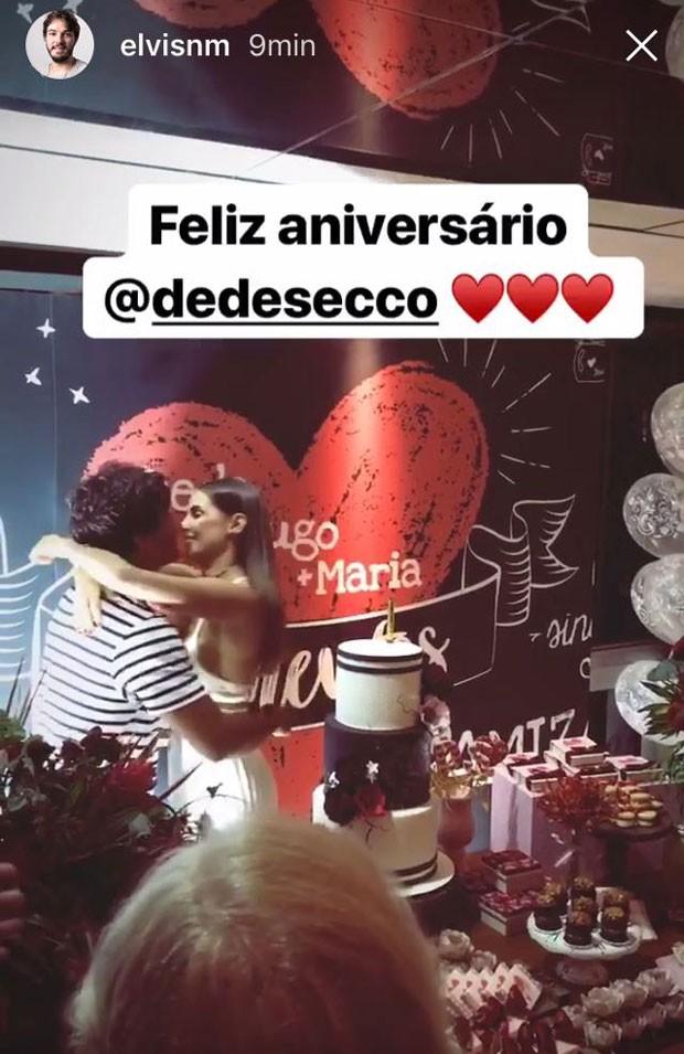 Deborah Secco ganha beijo de Hugo Moura em festa de aniversário (Foto: Reprodução Instagram)