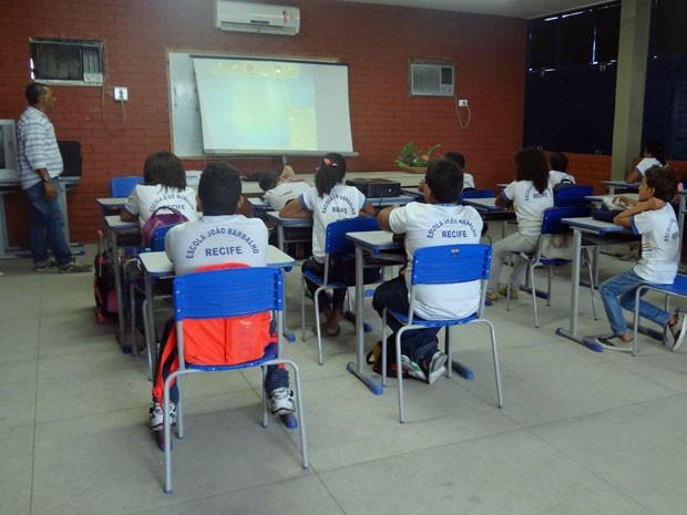 Na Escola João Barbalho, na área central do Recife, aulas foram mantidas. Segundo a direção, maior parte dos professores é contratada, por isso não aderiu à greve (Foto: Marina Barbosa / G1)