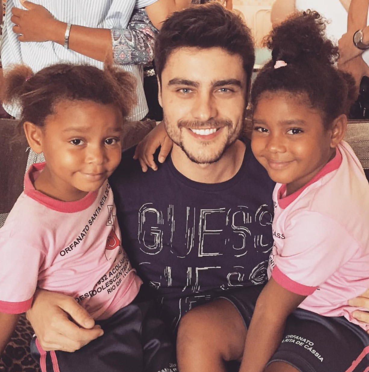 Guilgerme Leicam com as meninas do orfanato (Foto: Reprodução Instagram)