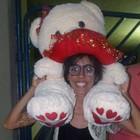 Fã passa 4h com urso gigante e tenta entregar a cantor (Henrique Mendes/G1)