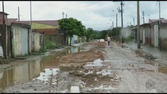 Chuva causa alagamentos e derruba muros em Poços de Caldas, MG
