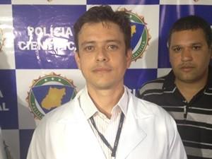 Gerente do IML de Goiânia, Marcellus Arantes, disse que cantor foi vítima de hemorragia interna (Foto: Sílvio Túlio/G1)