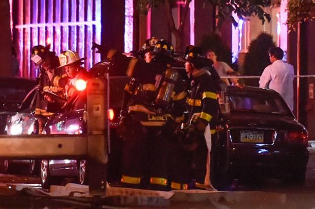 Bombeiros no bairro de Chelsea, em Nova York, em local onde ocorreu explosão na noite deste sábado (17) (Foto: Rashid Umar Abbasi/Reuters)