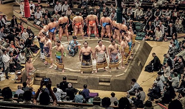 Os profissionais de sumô no Japão, chamados de rikishis, vivem para lutar. A rotina deles é dormir, treinar e comer muito para manter o corpanzil (Foto: guilherme felitti)