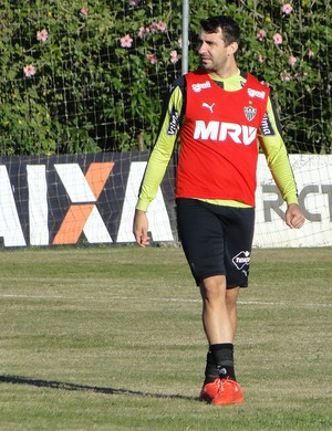 Lucas Pratto em ação durante treino do Atlético-MG (Foto: Léo Simonini)