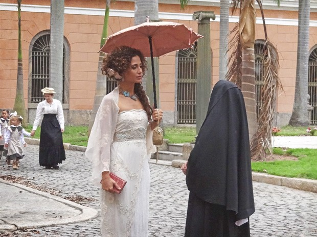 Madre estranha a presença de Isabel na escola (Foto: Lado a Lado/TV Globo)