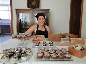 Tatiane atribui toda a renda extra de seu orçamento familiar aos doces que vende sob encomenda.  (Foto: Laura de Las Casas/G1)