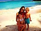Alessandra Ambrósio posta foto fofíssima com os filhos na praia