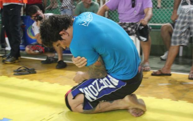 Ronnys Torres após lesão no seu ombro esquerdo no último sábado (12) em Manaus (Foto: Alírio Lucas)