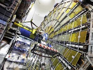 Técnicos instalam componentes do Atlas, um dos detectores de partículas do LHC (Foto: Claudia Marcelloni / Cern 24-7-2009)