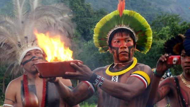Índio participa da cerimônia de acendimento do fogo sagrado ancestral indígena (Foto: Glauco Araújo/G1)