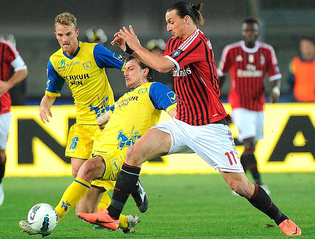 Ibrahimovic - Chievo x Milan (Foto: EFE)