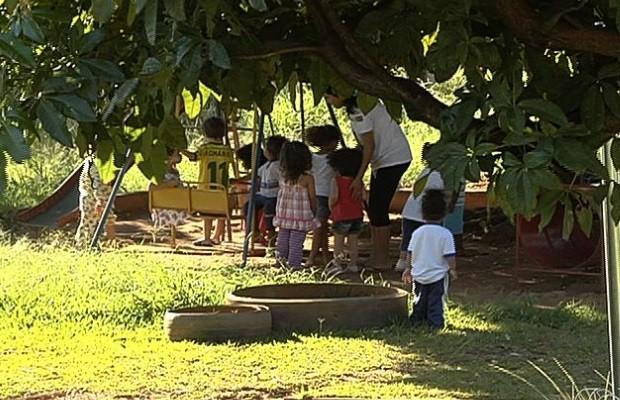 Sem vagas, mães reclamam de critérios de escolha para Cmeis de Goiânia Goiás (Foto: Reprodução/TV Anhanguera)