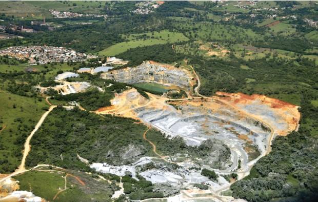 BARATINHO Extração de minério de ferro em Minas Gerais.  O Brasil vende  a mesma quantidade, mas fatura menos (Foto: João Prudente/Pulsar)