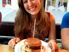 Lanchonete inglesa dá hambúrguer a brasileiros após vexame na Copa
