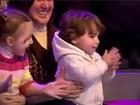 Após cochilo, criança acorda batendo palmas em programa de TV turca