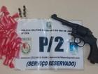 Após denúncia, 3 homens são presos com arma e drogas em Cabo Frio, RJ
