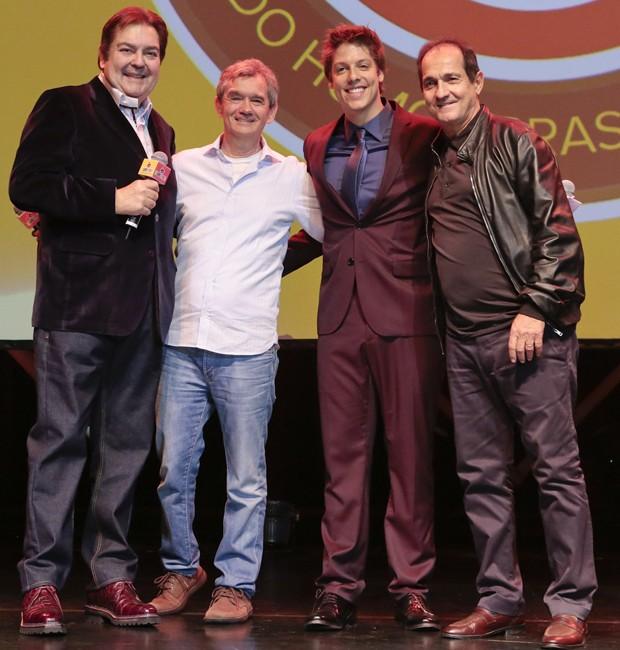Faustão, homenageado da noite, ao lado do apresentador Serginho Groisman, do humorista Fábio Porchat e do técnico de futebol Muricy Ramalho (Foto: Rafael Cusato/Brazil News)