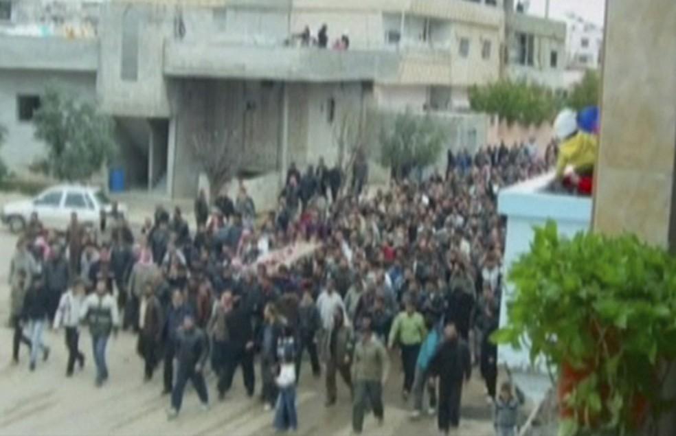 Manifestantes enterram vítimas da repressão policial na cidade síria de Deraa, em 2011 (Foto: AP )