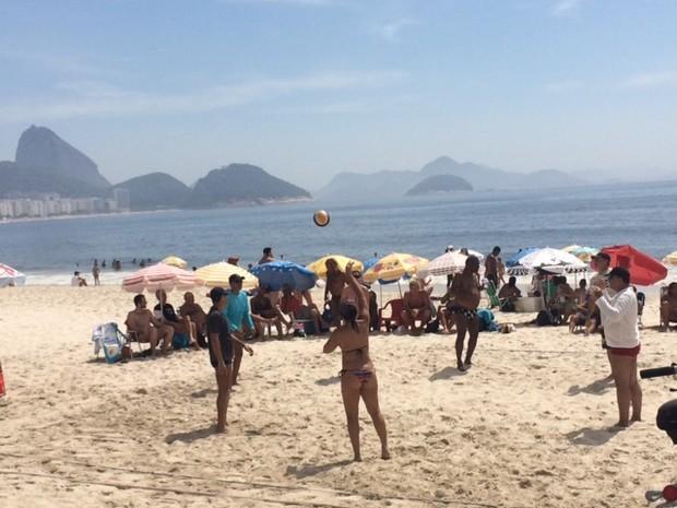 Sol forte leva banhistas à Praia de Copacabana na manhã desta sexta-feira (25) (Foto: Cristina Boeckel / G1)