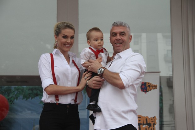 Ana Hickmann e Alexandre com o filho, Alexandre Jr., na festa de 1 ano do menino (Foto: Manuela Scarpa e e Amauri Nehn/Photo Rio News)