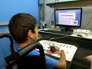 Criança com deficiência motora usa equipamento criado em laboratório de Campinas (Foto: Reprodução EPTV)
