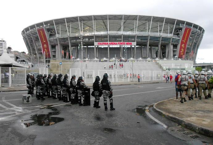 Policiais militares fazem a segurança nas proximidades da Fonte Nova em teste para a Copa do Mundo (Foto: Raphael Carneiro)