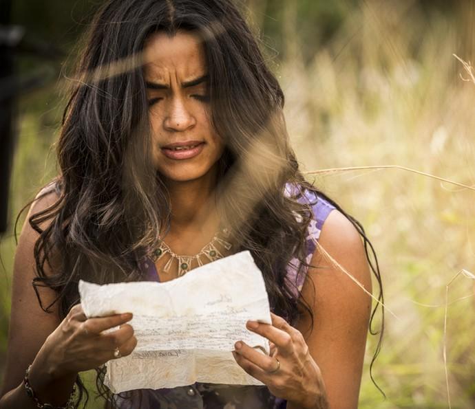 Luzia é tomada pelo ódio ao ler carta da rival (Foto: Inácio Moraes/Gshow)
