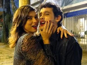 Que beijão! Maria Paula e Guilherme Dellorto brincam nos bastidores (Foto: Malhação / Tv Globo)