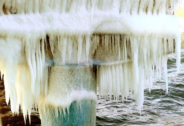 Neste domingo, o píer de Scharbeutz, na Alemanha, também amanheceu tomado pelo gelo (Foto: Holger Hollemann/DPA/AP)