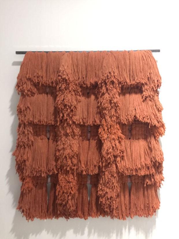 … a tapeçaria de Alexandre da Cunha… (Foto: Taissa Buescu)