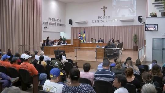 Servidores protestam durante sessão de votação para alteração de plano de carreira em Agudos