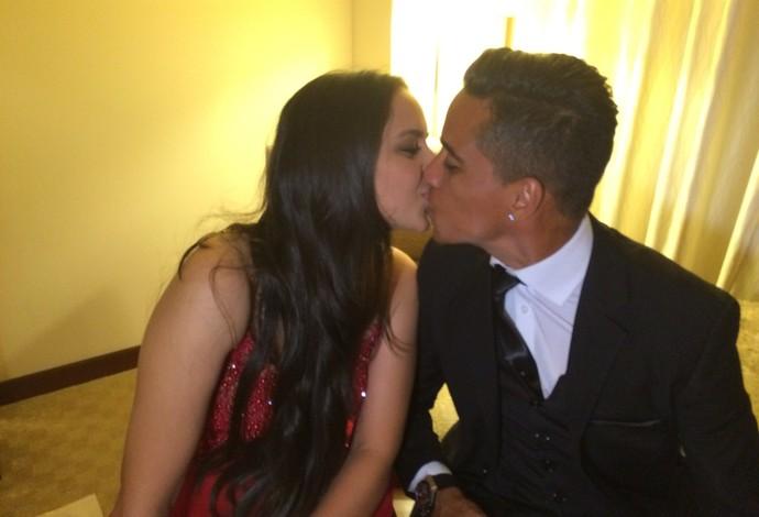 Wendell Lira beija a esposa, Ludmyla (Foto: Ivan Raupp)