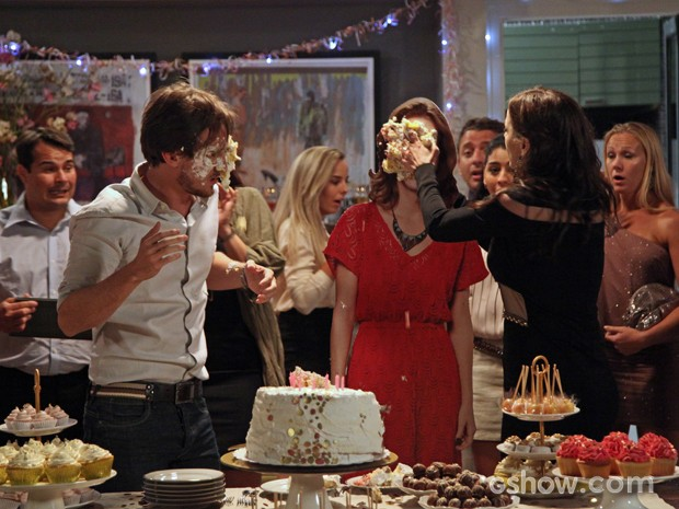 Inês se revolta e joga o bolo na cara de Marcelo  (Foto: Carol Caminha/TV Globo)